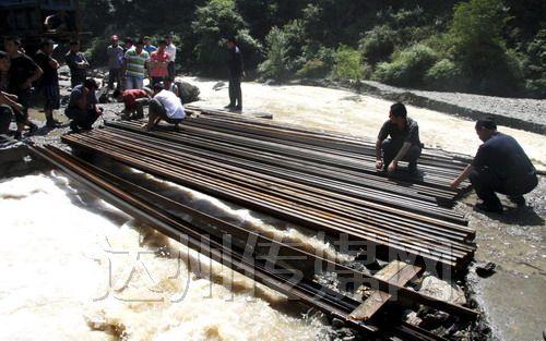20日第一条万源市通往大竹河镇的临时通道抢通