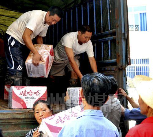 第一批救灾物资抵达江陵镇