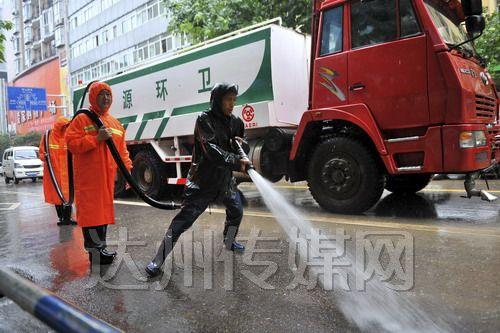 万源市组织环卫工人对城区进行大冲洗