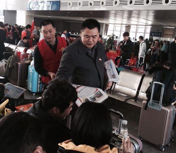 志愿者在东莞东火车站发放今日的达州晚报爱心特刊