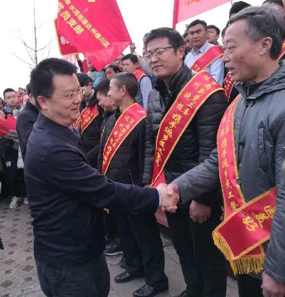 达州市委常委、宣传部长邓瑜华及副市长杜海洋携手返乡民工放飞和平鸽,放飞梦想,放飞希望,共筑家园美好。
