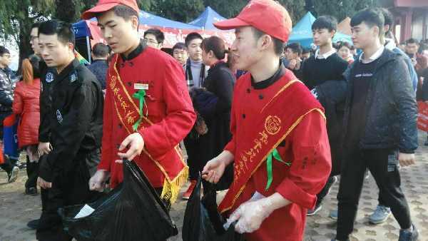 登高见闻:知味苑组织的志愿者正在捡垃圾