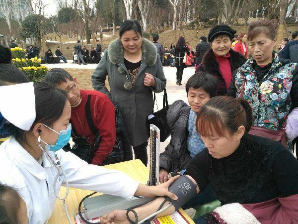 鹿鼎寨公园,医务人员免费为市民量血压!
