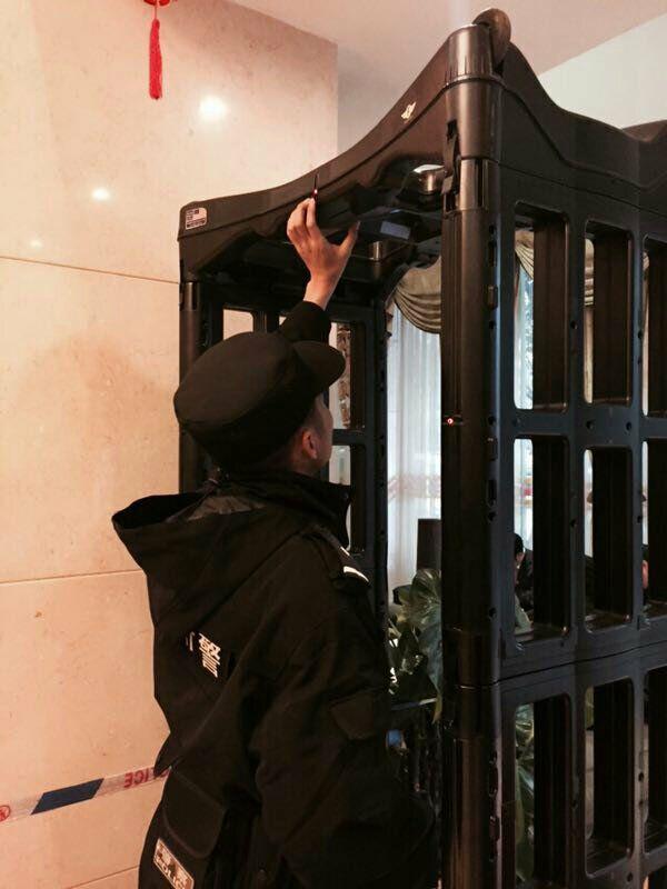 会议现场:市公安局特警支队民警检查安检门