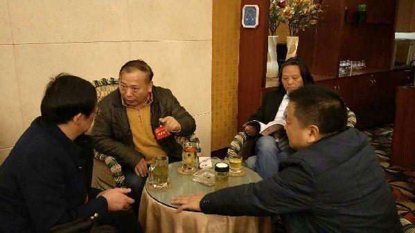 政协委员相互交流