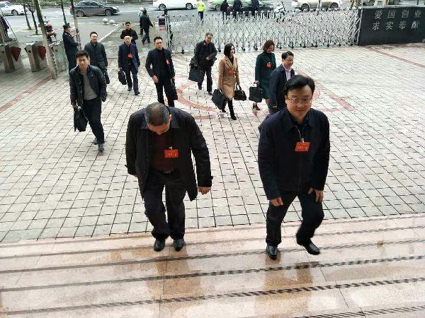 宣汉县代表团人大代表陆续进入会场