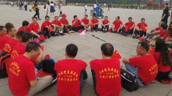 老区党员们天安门广场谈感想