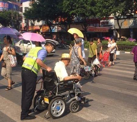 竹城交警 推坐轮椅老人过马路红遍朋友圈