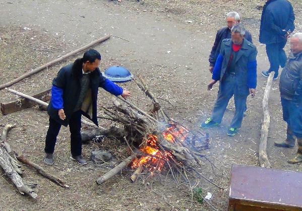 河边烧火取暖不文明