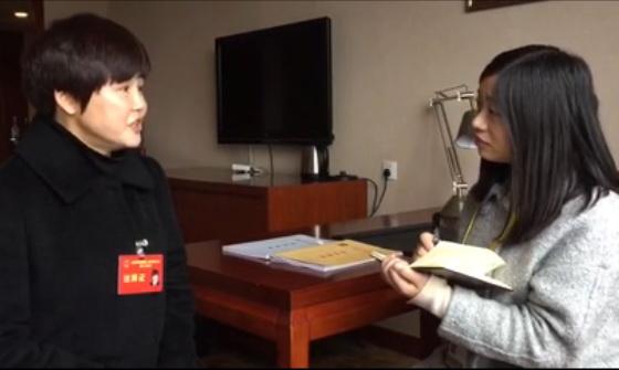 人大代表吴明琼接受记者采访