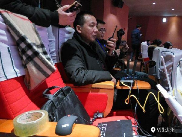 达州日报社全媒体记者和技术人员在现场做准备工作