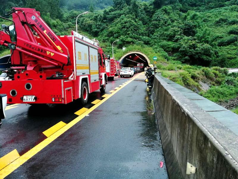 南大梁高速华蓥山隧道一辆载有300公斤危化品车发生侧翻