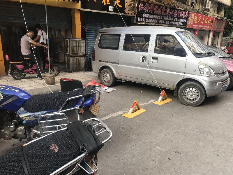方便自己或顾客 一些临街商家私装地锁