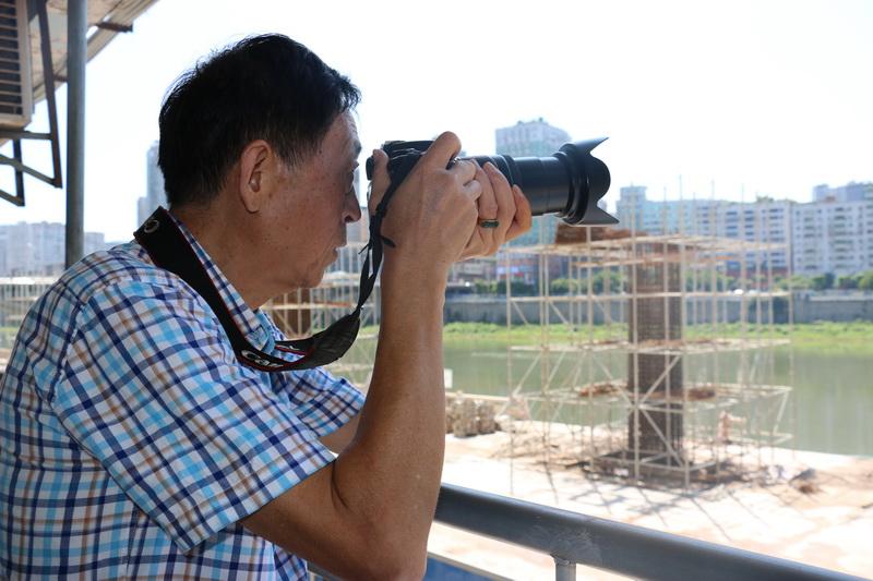 镜头后的人生用相机记录达城变迁