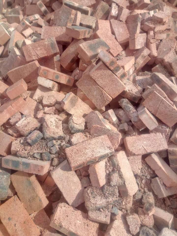 一捏就碎 大竹县欧家镇村民修新房遭遇问题砖