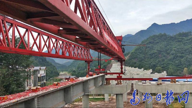 巴万高速公路第Ⅷ标段全面进入桥面施工阶段