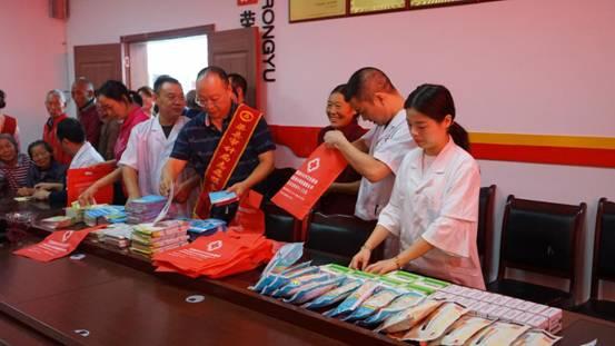 渠县审计局组织岩峰镇卫生院到石坡村开展义诊活动
