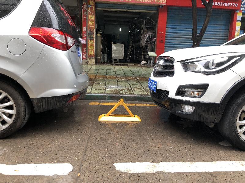 """民乐街路边临停车位成""""私家车位"""""""