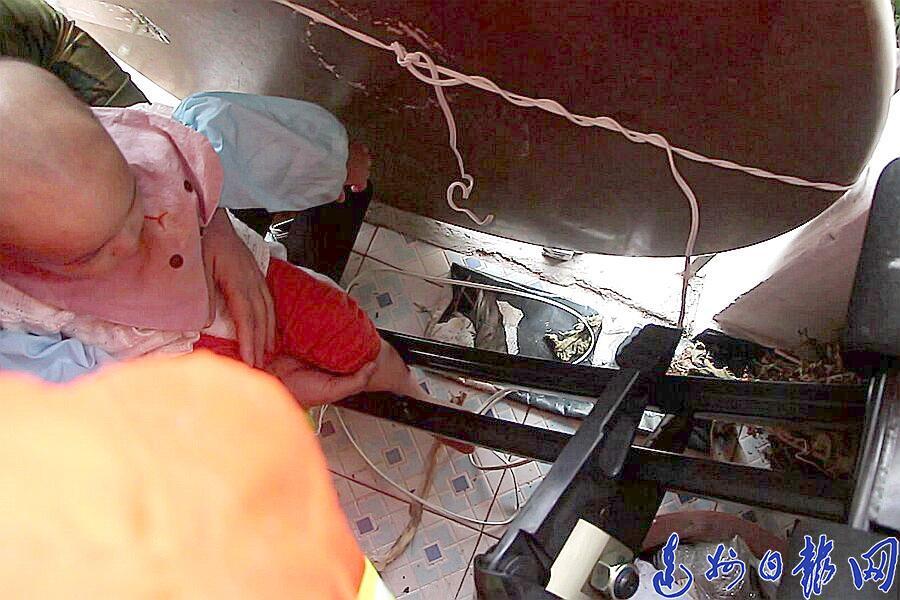 紧急!1岁幼儿脚卡健身器材  暖心!消防官兵快速营救