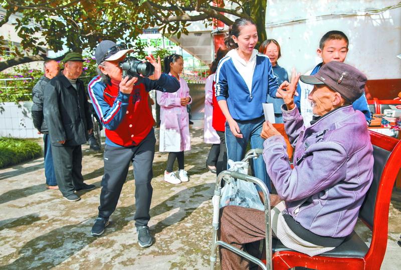 市摄影家协会摄影志愿者走进通川区福利院为孤寡残疾人公益拍摄