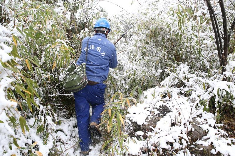 国网万源市供电公司:加强线路覆冰监测