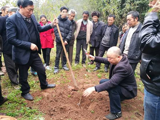 万源市居保局邀请农技专家到联系村举办农民田间学校