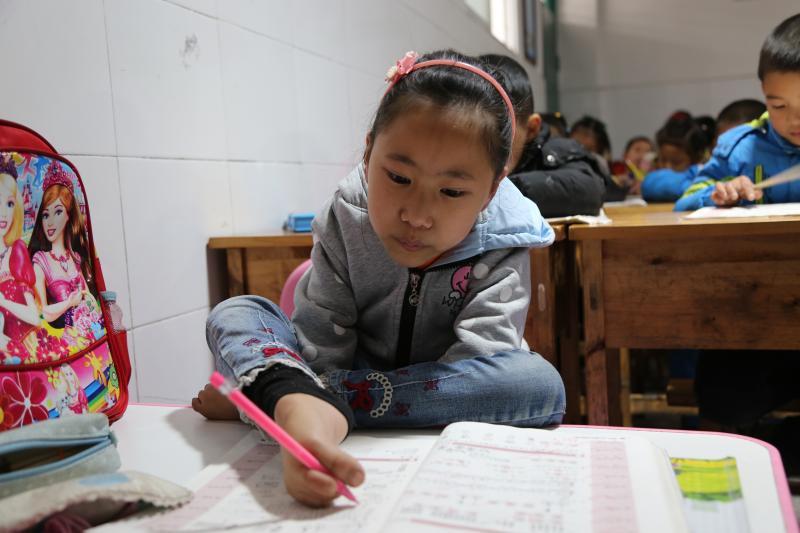 《9岁女孩先天四肢残疾 把脚练得像正常人手一样灵活》追踪