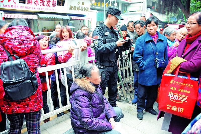 """达城朝阳农贸市场门口,一老人摔倒疑""""碰瓷""""!监控还原真相......"""