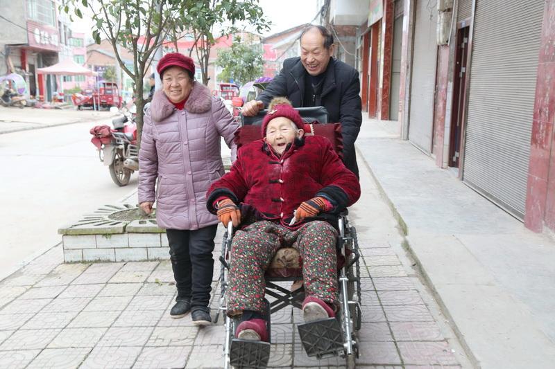 万源市一对六旬夫妇数十载悉心照顾长寿母亲感动乡邻