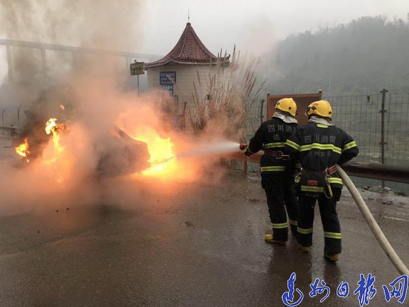 今日上午,宣罗路上一小车电线老化短路,导致引擎盖着火自燃!现场火光冲天…