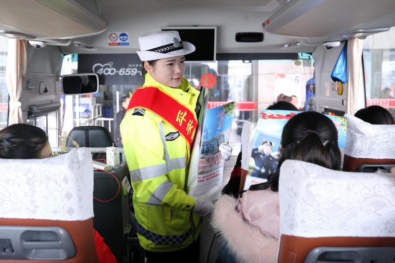 达州市公安交警在春运首日开展交通安全主题宣传活动