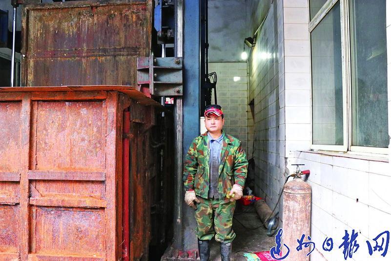 """春节工作不""""打烊""""!记者近距离探寻这群默默奉献的城市美容师"""