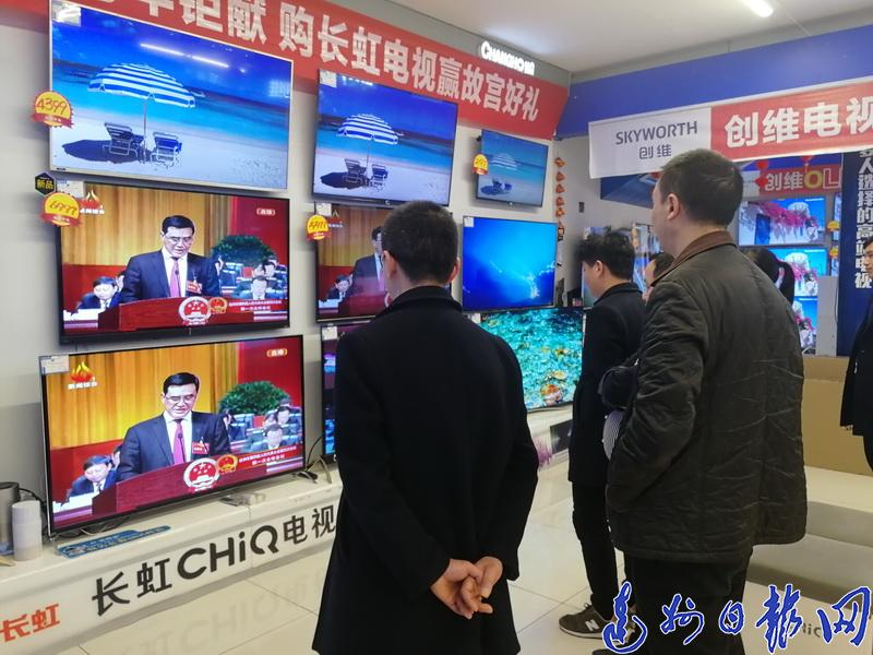 """【两会花絮】市民关注""""两会""""电视屏前听民生"""