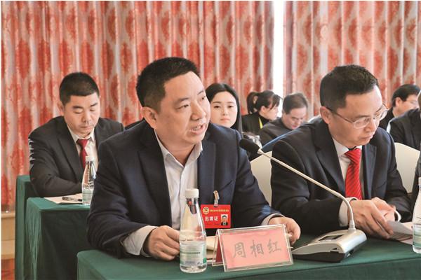 政协委员在小组讨论中发言