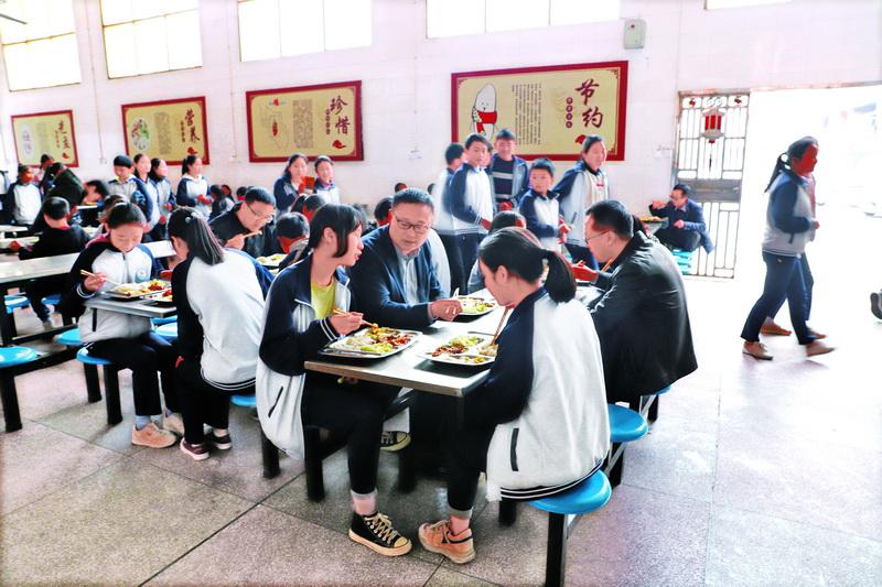 让学生吃得放心吃得舒心!宣汉县圣灯中学负责人陪学生就餐目击