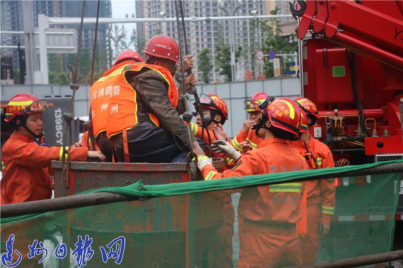 突降暴雨!5名工人半夜下井作业被困涵洞