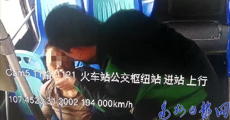 点赞!乘客呕吐又昏倒 11路公交司机用了这两种抢救办法...