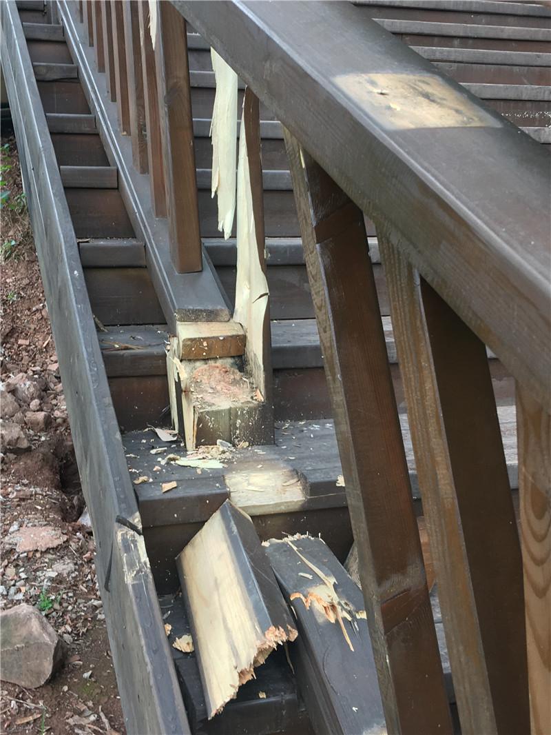 谁干的?凤凰山健身游步道木栏杆被弄成这样...