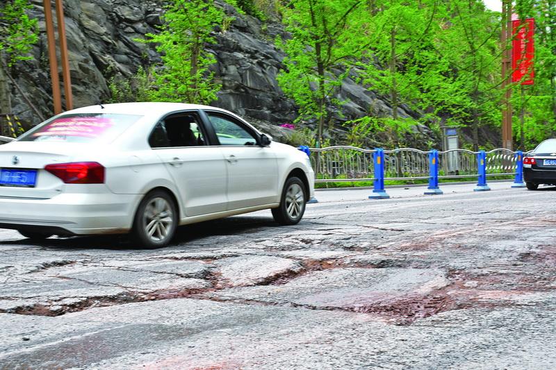 路面坑洼太多 山体滑坡严重 !凤凰大桥南头至铭仁园路段急需治理