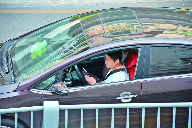 记者蹲点达巴路口10分钟,至少15人开车用手机!有没有你?