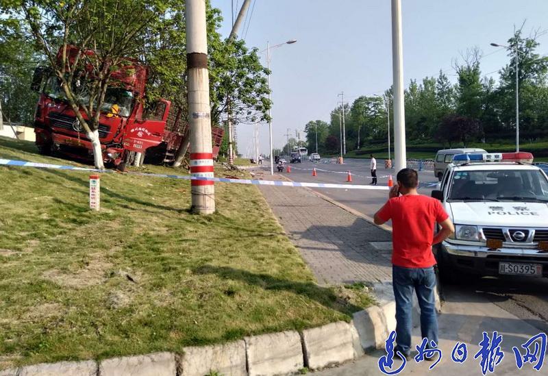 一辆挂车途径金龙大道突然爆胎,撞坏护栏冲上绿化带