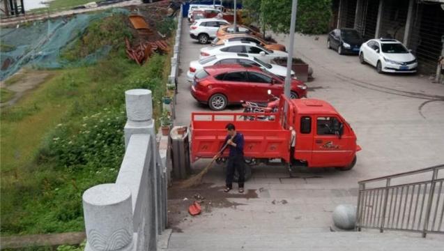 没素质!三里坪南滨路一洗车场把垃圾直接扫进州河河床!