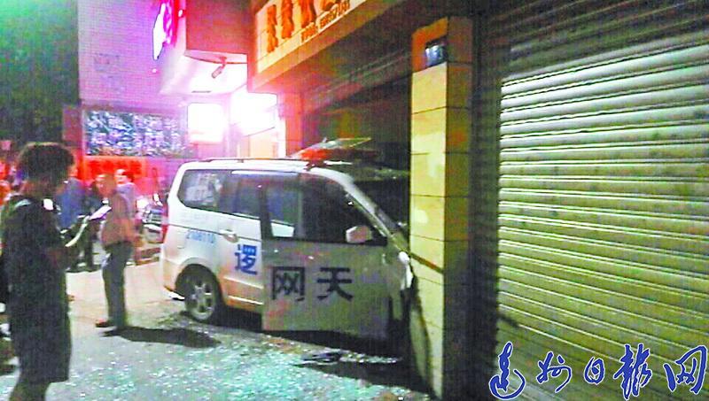 四川文理学院老校区附近一警车深夜撞进路边饭店?