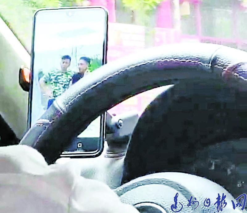 """川ST1599""""的哥""""开车看视频,女乘客提心吊胆双手紧握扶手"""