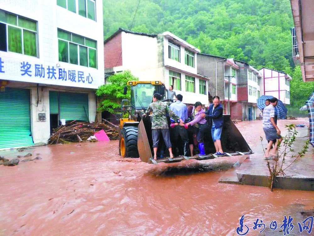 162毫米! 萬源昨晨突遭暴雨襲擊,竹峪受災最重 百余村民被困 道路橋梁阻斷……