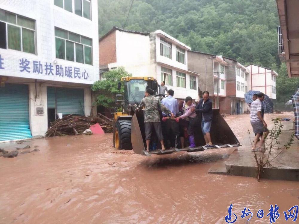 万源市:抗洪一线 纪检干部显担当