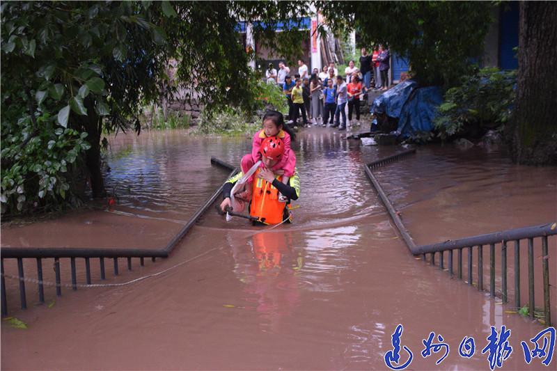 紧急!宣汉暴雨20多人被困,消防员蹚水背出学生…