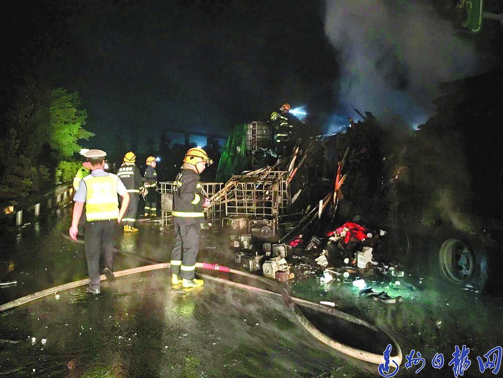 好吓人!一辆大货车在加油站旁起火,高速公安迅速救援