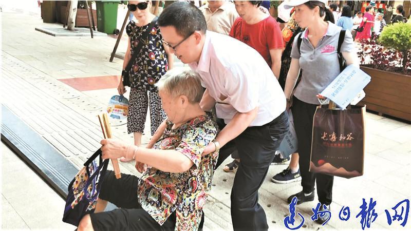 """81岁太婆大北街摔跤双腿受伤 热心市民不怕被""""粘""""尽力相助"""