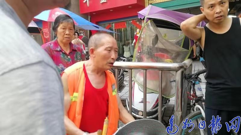 感动!38℃高温,渠县一环卫工人带着孩子挨家挨户找家长